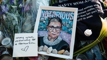 Amerikanere samledes gennem weekenden ved højesteretsbygningen i Washington, D.C. og efterlod blomster, tegninger og lys for at mindes den afdøde højesteretsdommer Ruth Bader Ginsburg.