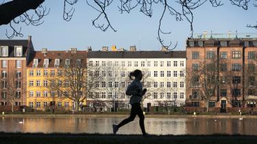 Der er de seneste årtier sket en selvforstærkende opsplitning af boligmarkedet i Danmark, hvor priserne på attraktive boliger i storbyområderne har fortsat spiralen opad, mens provinsen – og lejerne – er koblet af den dynamik.