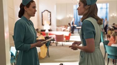 Mildred Ratched (Sarah Paulson) sammen med en af de helt unge sygeplejersker, Dolly (Alice Englert), på det luksuriøse psykiatriske hospital Lucia, hvor der sker artige ting og sager.