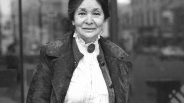 Magda Szabó skriver i 'Døren' medrivende og uforfængeligt om at være prisgivet hinanden og historien, prisgivet rædsel og kærlighed, samtidig. Og Szabós romanklassiker fra 1987, som nu foreligger i Péter Eszterhás' mesterlige oversættelse, bekræfter, at hun hører til blandt de ungarske, ja, europæiske hovednavne.