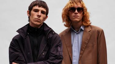 Barselona er en dynamisk duo, og på '1 Dag Er Vi 1 Minde' optræder de to purunge fyre allerede i selskab med deres garvede, dansksprogede popforbilleder.