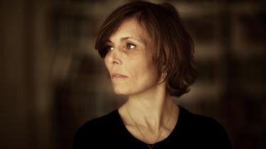 Der er magi i skriften. Anne Lise Marstrand Jørgensens på én gang vilde og omhyggelige stil er kendetegnet ved tempo og intensitet samt ved et frapperende fysisk nærvær.