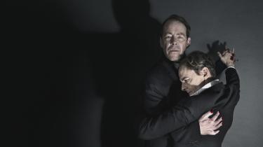 'Faust' på Østerbro Teater er blevet et fandens flot eksempel på mesterinstruktøren, der kan få alt ud af sine skuespillere – og få dem til alt