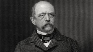 I kapitlet om Bismarck – der er bogens bedste – veksler Clark elegant mellem skakkens kulturhistorie og Bismarcks kronopolitik. Bismarck fremhævede ofte lighederne mellem politik og skak, og netop på Bismarcks tid gennemgik skak en udvikling, der åbnede for sammenligninger med større magtspil.