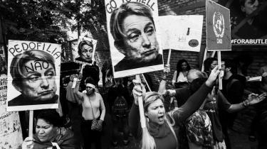 Brasilianske demonstranter marcherer mod Judith Butlers tilstedeværelse på en konference i Sao Paulo, og en meget lang række af højreorienterede forskere og politikere ser, ligesom en stor mængde nypositivistiske teoretikere af forskellig politisk observans, hende og Michel Foucault som kætterske poststrukturalister, fra hvis aktivistiske devaluering af sandhedsbegreber alle intellektuelle kriser stammer.