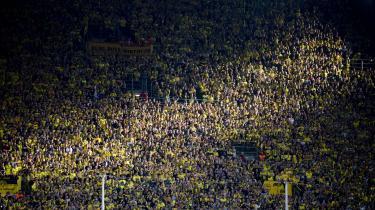 Sådan så Den Gule Mur – Borussia Dortmunds frygtede endetribune af ståpladser, der synes at fortsætte helt op i himlen – ud før corona. Men nu bliver fodbolden afviklet for næsten tomme lægter over stort set hele Europa. De tidligere så intimiderende stadioner har mistet deres folkelige brøl.