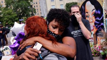 Demonstranter råbte i vrede, skreg i frustration og brød sammen i grød, da statsanklageren i Kentucky annoncerede, at betjenten, der skød og dræbte Breonna Taylor, ikke bliver tiltalt.