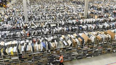 En lagerbygning i Amazons logistikcenter i Pforzheim i Tyskland. Her op til Amazons nye offensiv i Sverige, advarer tyske eksperter om virksomhedens metoder, der ikke mindst går ud over dens ansatte.