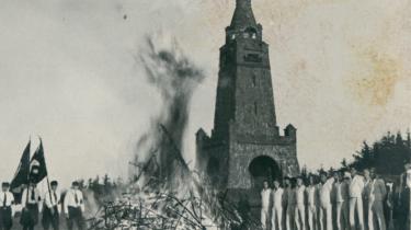 I august 1945, tre måneder efter Danmark blev befriet, blev et gigantisk tysk sejrsmonument sprængt i luften mellem Haderslev og Aabenraa. Sagen blev aldrig opklaret. Men for ti år siden røbede den nu afdøde modstandskvinde Ulla Kunøe i et hemmeligt dokument, hvad der i virkeligheden skete. I en tid, hvor monumentvæltninger igen er kommet på dagsordenen, fortæller Information i tre kapitler den dramatiske historie om had og forsoning i det danske grænseland