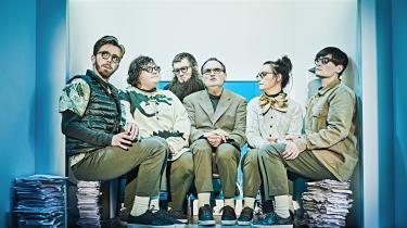 De seks skuespillere i 'Livstidsgæsterne' matcher i Elisa Kragerups præcise iscenesættelse hinanden eminent som et broget ensemble i deres portrætter af forskelligrettede lyster.
