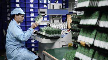 Kinesiske virksomheder kan godt fremtstille hukommelseschips og kommunikationschips, som her chips til walkie-talkier. Men de specialiserede mikrochips har Kina ikke den fornødne ekspertise til at producere. Og det er et problem i konkurrencen med USA.