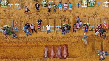 Døde med COVID-19 bliver begravet i Manaus i Brasilien. Antallet af døde med COVID-19 har nu rundet en million.