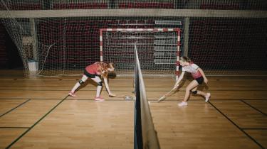 På billedet ses Freja Kirkegaard Skyum til venstre og Jasmina Valentina Giovanna Jepsen til højre. De mødte hinanden til badminton for fem år siden og er både blevet veninder og faste doublemakkere.