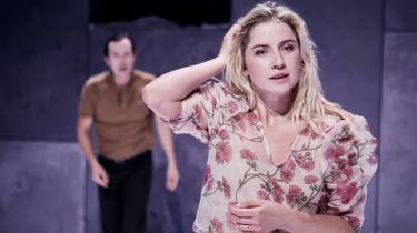 Sicilia Gadborg Høegh fremstår ung og feminin i sin barnligt naive fortolkning af Nora.