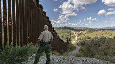 »De mennesker, der bor i grænseområder, har ofte et delt liv og en fælles historie. Der er ikke en skarp eller naturlig linje mellem de to lande. Forskellene og den forstærkede grænse mellem Mexico og USA er politisk,« siger Jessica Wapner. Her er det grænsen i Arizona med byen Nogales på den anden side.
