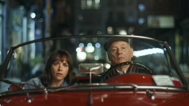 I en af 'On the Rocks' mest kostelige scener får Felix (Bill Murray) overbevist sin datter Laura (Rashida Jones) om, hendes mand har en affære, og at de skal følge efter ham i en knaldrød, lidt upålidelig MG-cabriolet.