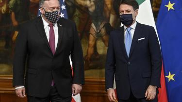USA's udenrigsminister Mike Pompeo lagde onsdag vejen forbi Rom, hvor han blandt andet mødtes med italiens premierminister Giuseppe Conte. Pompeo forsøger at få italienerne til at lægge afstand til Kina ved at gentage den advarsel om et stadig mere aggressivt kinesisk regime, som han de seneste par år er rejst Europa tyndt med.