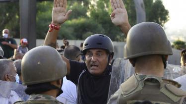 En antiregeringsdemonstrant står foran libanesiske soldater under en demonstration mod præsident Michel Aoun i nærheden af præsidentpaladset i Baabda øst for Beirut lørdag den 12. september.