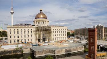 Byggepladsen foran Berlins byslot den 25. august i år. Her skal mindesmærket for 30-året for genforeningen stå, en 50 meter lang og 18 meter bred konstruktion, der har fået tilnavnet 'vippen', og som har delt vandene i Tyskland.
