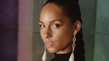 39-årige Alicia Keys er lidt af en solstrålehistorie. Hun er vokset op i New York-bydelen Hell's Kitchen i et hårdt miljø under trange kår med en enlig mor. Hun begyndte tidligt at spille klaver, og da hun i 2001 udsendte sit debutalbum Songs In A Minor, fik hun et kæmpe hit med klaverkærlighedsballaden »Fallin«.