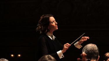 Alondra de la Parra var en suveræn iscenesætter uden at 'sætte sig' på orkestret, for hun inviterede til en kollektiv performance, og det gav Torsdagskoncerten i Koncerthuset en helt forrygende afslutning. Billedet er fra en tidligere koncert i Zürich.