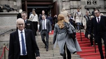 Klimaminister Dan Jørgensen går ned ad trappen ved Folketinget på dagen for Folketingets åbning.