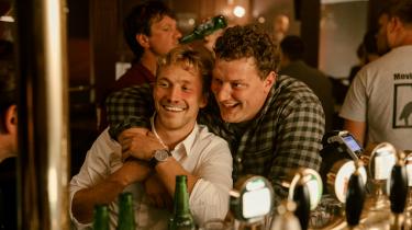 Hovedpersonen Adams (tv.) to barndomsvenner Simon og Oliver (th.) fungerer som et tiltrængt skud menneskelighed og humor i 'Alfa'.