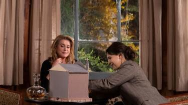 Mor (Catherine Deneuve) og datter (Juliette Binoche) i Kore-eda Hirokazus nye film, 'Sandheden', hvor man hele vejen eri glimrende visuelt og spilmæssigt selskab, men perfekt tempereret er den japanske instruktørsfranske kop film-te ikke.