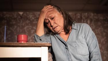 Teater FreezeProduction med instruktør Hanne Trap Friis har specialiseret sig i teater om Grønland, og nu spiller teateret igen med to helt korte forestillinger, hvor fællesnævneren synes at være fortællingen om, hvordan danskerne ødelægger Grønland, skriver Trine Wøldiche i denne anmeldelse.
