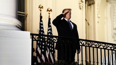 Kongen længe leve! Donald Trump hilser folket, efter at han er blevet udskrevet fra hospitalet, har smidt mundbindet og er vendt tilbage til Det Hvide Hus.