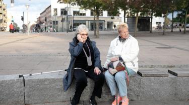 Alice Thorsen og Ruth Salhøj sidder tit på pladsen på Brønshøj Torv om eftermiddagen. De har hørt historier om problemer på pladsen, men kun gennem medierne.