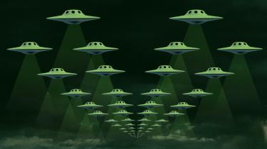 I efterkrigstiden, da rumkapløbet rasede, var der flyvende tallerkener og mystiske regeringshemmeligheder overalt. Siden mistede de fleste troen på besøg fra rummet. Men nu flyver en ny ufo-bølge ind over USA – og timingen er næppe tilfældig