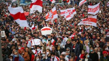 Demonstration i Minsk den 4. oktober 2020. Siden præsidentvalget i Hviderusland den 9. august har omfattende protester har stået på, da kun få i befolkningen godtog resultatet, som er blevet kaldt et af de mest forfalskede i landets nyere politiske historie.