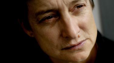 En nyoversat samling af Judith Butlers tekster viser, hvordan demonstrerende kroppe i sig selv kan udgøre en protest helt uden paroler. Filosoffen opfordrer os til at se, hvordan »forsamlingen allerede taler, før den ytrer et eneste ord«