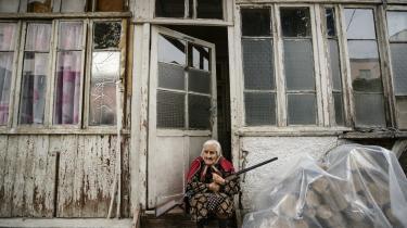 Det aserbajdsjanske militær har blandt andet gennemført raketangreb mod Nagorno-Karabakhs hovedstad, Stepanakert, hvor størstedelen af befolkningen er kristne armeniere. Her er en ældre kvinde fast besluttet på at beskytte sit hjem.