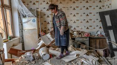 En kvinde i sit køkken i byen Terter i Aserbajdsjan, efter at der er indgået våbenhvile i konflikten i Nagorno-Karabakh, hvor kampene indtil videre har betydet, at 70.000 er flygtet fra hus og hjem.