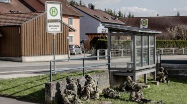 Amerikanske tropper holder militærøvelse i den tyske by Grafenwöhr. Men hvor længe soldaterne skal blive der er uvist. I juli måned blev Grafenwöhr og byen Vilseck nemlig både en del af den amerikanske valgkamp og et ufrivilligt geopolitisk hotspot, efter Trump meldte ud, at han vil trække knap 12.000 af de 36.000 amerikanske NATO-soldater ud af Tyskland.