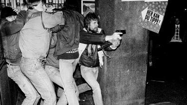 Under EF-topmødet kom det til flere sammenstød mellem demonstrerende bz-ere og ordensmagten. Her er uropatruljen grebet til våben.