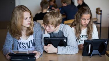 'Jeg tænker, at folk begynder at få øje på, at de selv er blevet snydt igennem lang tid, og at deres børn er blevet fanget ind af afhængighedsskabende techdesign, der har lokket dem til at bruge mere tid på sociale medier, end de selv har lyst til,' vurderer Mikkel Flyverbom, der er professor MSO på Copenhagen Business School.
