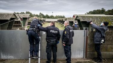 En minkavler i Nordjylland ønsker ikke at lukke politiet ind, så de må derfor selv skabe sig vej ind for at aflive minkene.