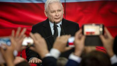Det er fristende at se Jaroslaw Kaczynskis trusler om et polsk veto mod EU-budgettet som populistisk bluff. Men Kaczynski, der nu både er PiS-leder og vicepremierminister, presses af den radikalt nationalistiske Zbigniew Ziobro, der bejler til at overtage Kaczynskis post som konge af højrefløjen.