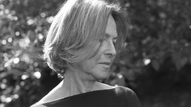 Den 77-årige forfatter Louise Glück modtog i år nobelprisen i litteratur. Glück har et tæt slægtskab med Emily Dickinson, skriver kritiker og medlem af Nobelkomiteen Henrik Petersen i dette essay om hendes digte.
