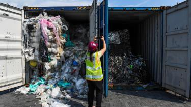 Containere med plastaffald hober sig op i Malaysias havne.
