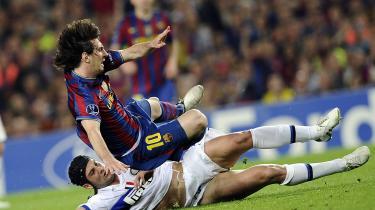 Inters mandsopdækning af Barcelonas Lionel Messi, der her prøver at svæve sig fri af Inters Cristian Chivu under den legendariske semifinale, var så effektiv, at italiensk sportspresse eferfølgende skrev, at argentineren var blevet sat i bur.