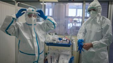 To ansatte gør sig klar til at modtage COVID-19-patienter på hospitalet i Slany i Tjekkiet, der efter kun at være let ramt i foråret nu er det hårdest ramte land i Europa med en infektionsrate over de sidste 14 dage med lige under 500 smittede per 100.000 indbyggere. Torsdag blev der sat en ny dyster rekord med 9.544 nye tilfælde.