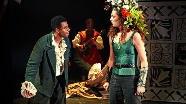 Christopher Læssø er en herligt nutidig Robin Hood over for Emilie Rasmussens muskelstærke Lady Marian i den vellykkede opsætning på Folketeatret.