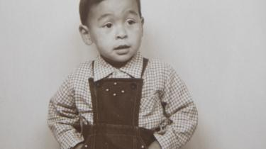 Flere hundrede grønlandske børn blev adopteret til Danmark op gennem 1950'erne, 60'erne og 70'erne. Ofte på et juridisk tvivlsomt grundlag. Mange mener i dag, der blev begået en uret mod børnene og deres familier, og ønsker nu historien undersøgt til bunds