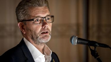 Socialdemokratiets overborgmester i København, Frank Jensen, får opbakning fra baglandet på et opsigtsvækkende krisemøde, og han fortsætter også som partiets næstformand. Men han har langt fra klaret frisag: Et flertal på Rådhuset kræver en uafhængig advokatundersøgelse af Frank Jensens opførsel og håndtering af sager om gentagne sexkrænkelser