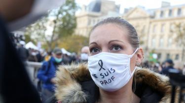 Søndag samledes tusindvis af demonstranter på Place de République i Paris, selv om hovedstaden netop var blevet underlagt nye coronarestriktioner. »Je suis Samuel«, stod der på skiltene. Jeg er Samuel. Og »Je suis Prof«. Jeg er lærer.