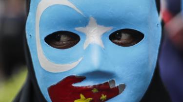 I Kina undertrykkes den muslimske minoritet uighurerne og andre muslimske mindretal. Siden 2017 er mange hundredtusinder – nogle estimater siger over halvanden million – uighurer blevet tvunget ind i interneringslejre for at gennemgå politisk indoktrinering på ubestemt tid. Billedet her er fra en demonstration foran den kinesiske ambassade i Jakarta, Indonesien, i december sidste år.